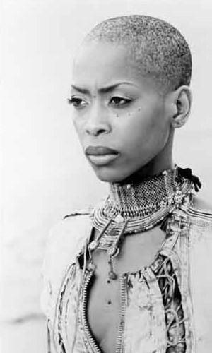 Ramatoulaye Diallo, qui a remporté (sans cheveux) le prix « Face of Africa » en 2001