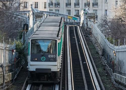 Paris_Metro_Line_6_train_northeast_of_Pasteur_station_140207_5