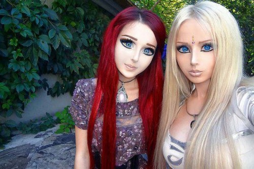 """Anastasiya Shpagina, 19 ans, et Valeria Lukyanova, 21 ans. Projet de vie : """"devenir comme Barbie et la paix dans le monde comme Miss France"""" Brr."""